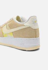 Nike Sportswear - AIR FORCE 1 UNISEX - Sneakers laag - lemon drop/cashmere/white/yellow strike - 6