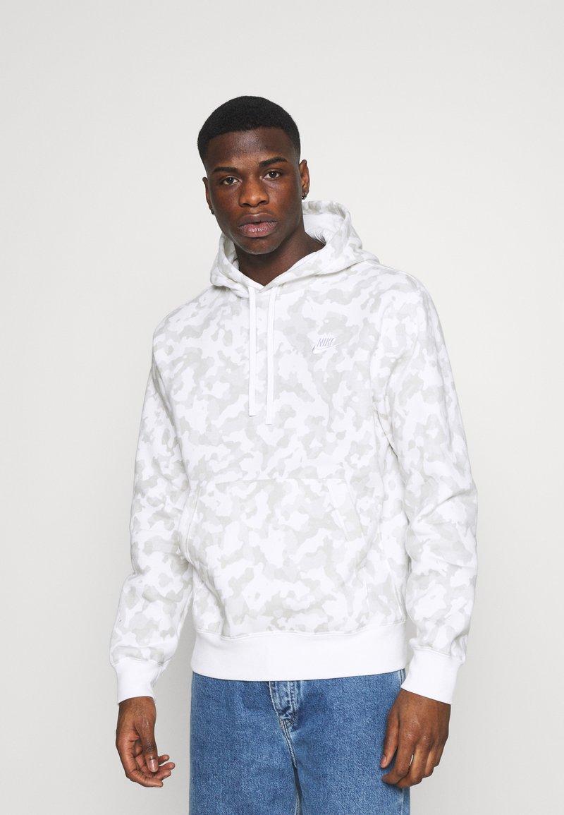 Nike Sportswear - CLUB HOODIE CAMO - Sweatshirt - summit white/white