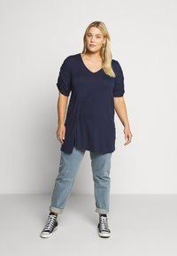 CAPSULE by Simply Be - TUCK SIDE  - T-shirts med print - dark navy - 0