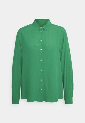 REGULAR FIT - Camisa - grün