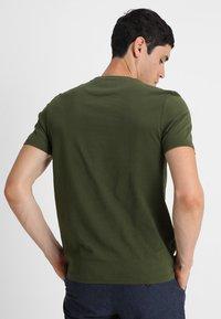 Lyle & Scott - PLAIN - T-shirt - bas - woodland green - 2