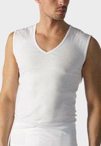 mey - MUSKELSHIRT V-NECK SERIE CASUAL COTTON - Hemd - white - 0