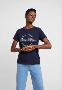 Tommy Hilfiger - NECK TEE - T-shirt imprimé - blue - 0