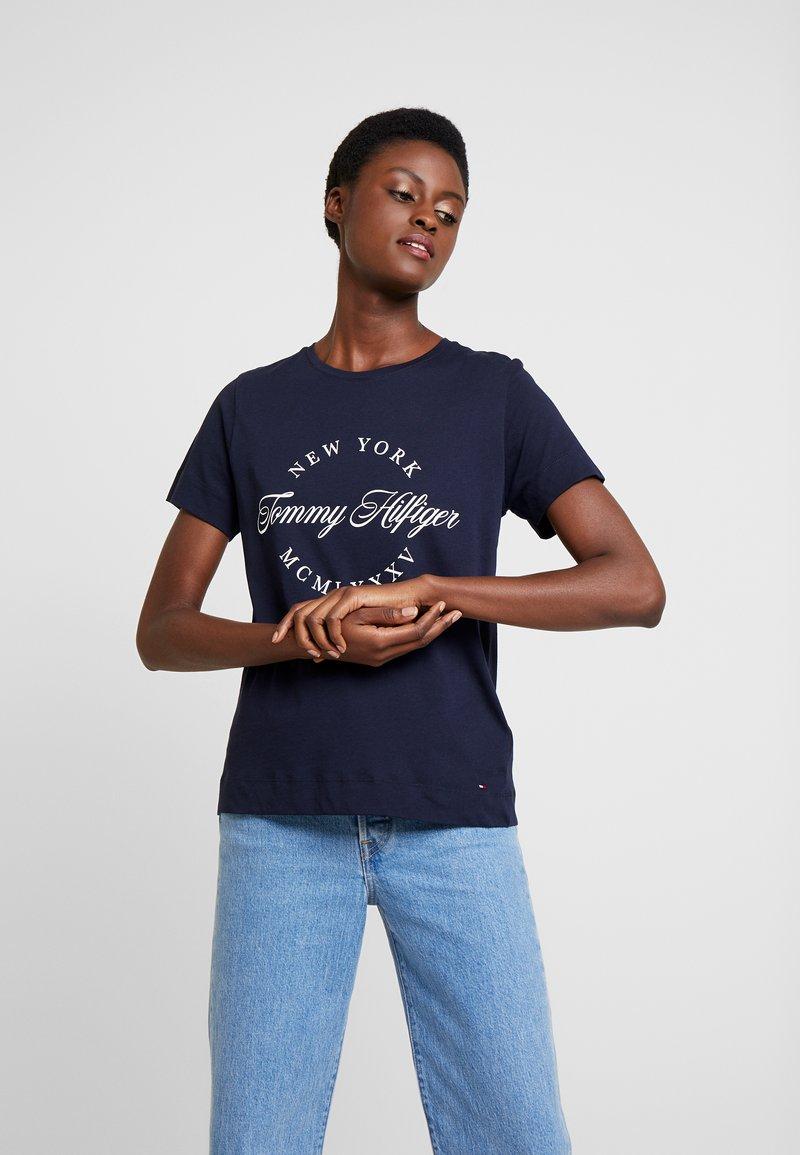 Tommy Hilfiger - NECK TEE - T-shirt imprimé - blue