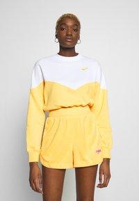 Nike Sportswear - W NSW HRTG CREW FLC - Mikina - topaz gold/white - 0