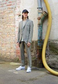 Nike Sportswear - CROSS TRAINER - Sneakersy niskie - white/black/particle grey - 0