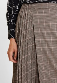 Apart - GLENCHECK PLISSEE SKIRT - A-line skirt - taupe/multicolor - 4