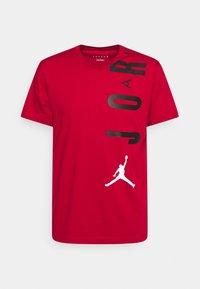 Jordan - AIR STRETCH CREW - Print T-shirt - gym red/black/(white) - 0