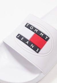 Tommy Jeans - SEASONAL FLAG SLIDE - Sandaler - white - 5