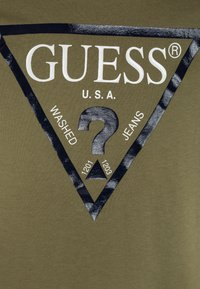 Guess - CORE JUNIOR  - T-shirt z nadrukiem - light military green - 2