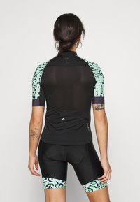 ONLY PLAY Petite - ONPPERFORMANCE BIKE PETIT - Print T-shirt - black/green ash - 2