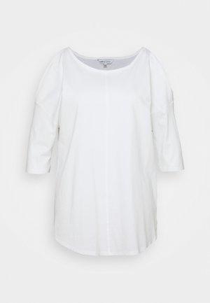 COLD SHOULDER TUNIC - Camiseta estampada - white