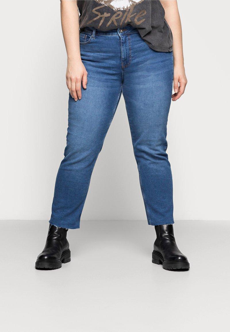 Pieces Curve - PCLUNA STRAIGHT - Straight leg jeans - medium blue denim