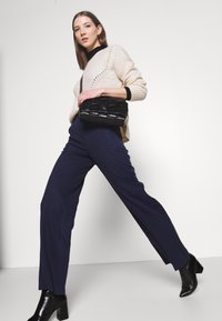 Pepe Jeans - CHARIS - Kalhoty - thames - 3