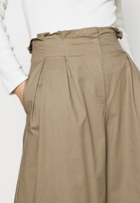 Who What Wear - THE WIDE LEG TROUSER - Bukse - light tobacco - 3