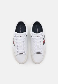 Tommy Hilfiger - CORPORATE MATERIAL MIX CUPSOLE - Sneakers basse - white - 3