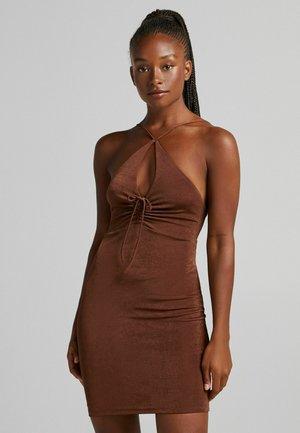 GLÄNZENDES MIT GERAFFTEM AUSSCHNITT - Shift dress - brown