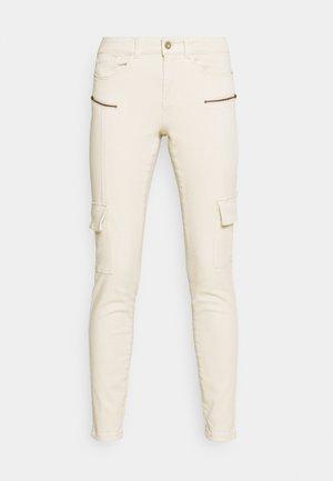 VMHONNISEVEN SLIM - Slim fit jeans - birch
