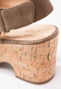 Clarks - MARITSA LARA - Sandály na platformě - olive - 6
