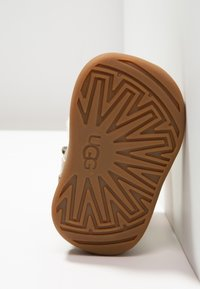 UGG - JORIE METALLIC - Chaussures premiers pas - gold - 5