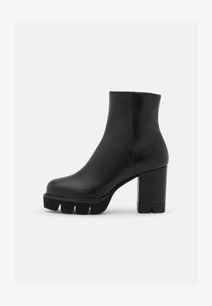 ANDE BLOCK BOOTIE - Ankelboots med høye hæler - black
