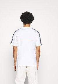 adidas Originals - STITCH - T-shirt med print - white - 2