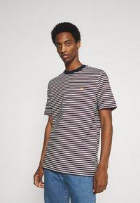 Lyle & Scott - ARCHIVE STRIPE RELAXED FIT - Print T-shirt - dark navy - 0