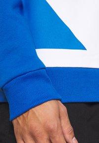 Karl Kani - UNISEX BLOCK CREW - Mikina - blue - 4