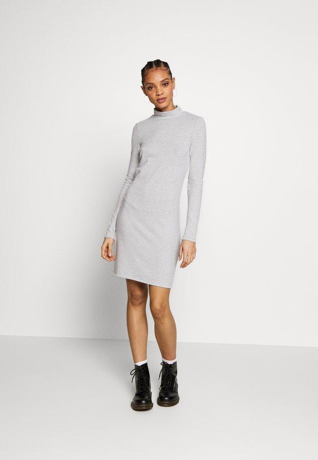 NMTESS DRESS - Pletené šaty - light grey melange