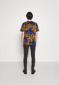 Versace Jeans Couture - MEDIUM WASH - Straight leg jeans - black - 4