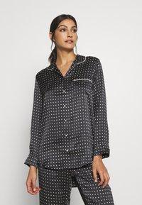 ASCENO - THE PARIS - Pyjamashirt - black square - 0