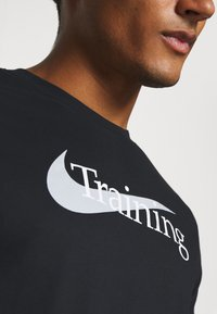Nike Performance - T-shirt imprimé - black - 5