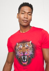 Alessandro Zavetti - GROWLER - T-shirt con stampa - red - 3