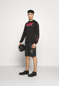 Zimtstern - TAURUZ EVO SHORT MENS - Sports shorts - pirate black/gun metal - 1