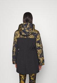 Versace Jeans Couture - OUTERWEAR - Parka - black/gold - 2