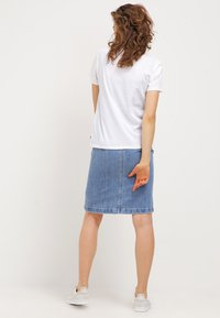 Levi's® - THE PERFECT - T-shirt imprimé - woodgrain batwing/white - 2