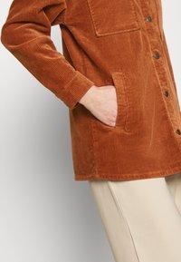 ONLY - ONLJOAN BITTEN SHACKET  - Short coat - ginger bread - 4