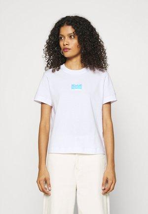 SHINE BADGE TEE - Print T-shirt - bright white