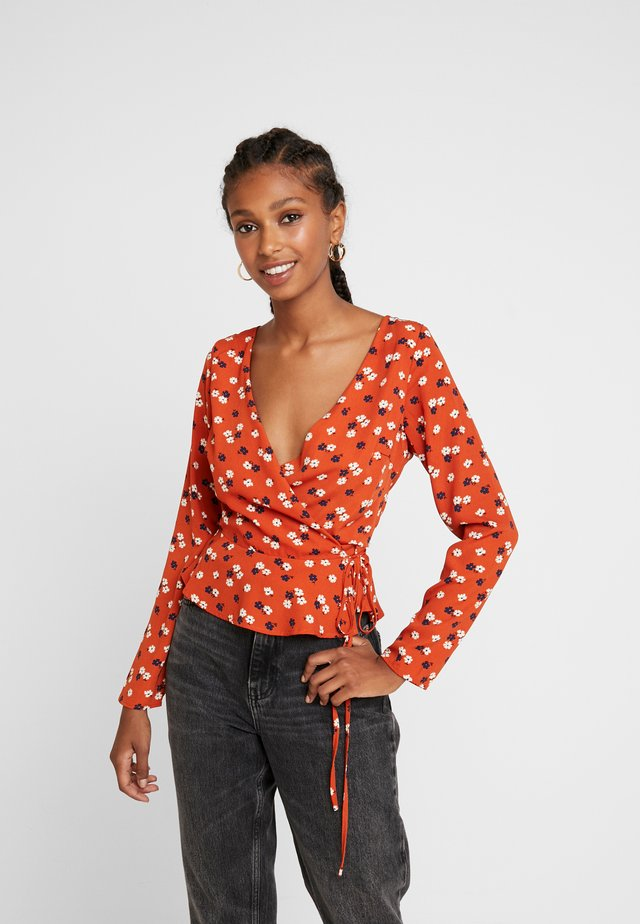 LONG SLEEVE WRAP - Blusa - rust