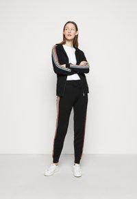 CHINTI & PARKER - STRIPE LEG TRACK PANTS - Tracksuit bottoms - black/multi - 1