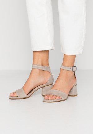 AMA - Sandaalit nilkkaremmillä - crosta battigia