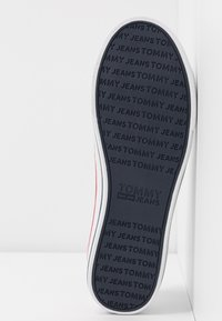 Tommy Jeans - WMNS LEATHER CITY SNEAKER - Matalavartiset tennarit - white - 6
