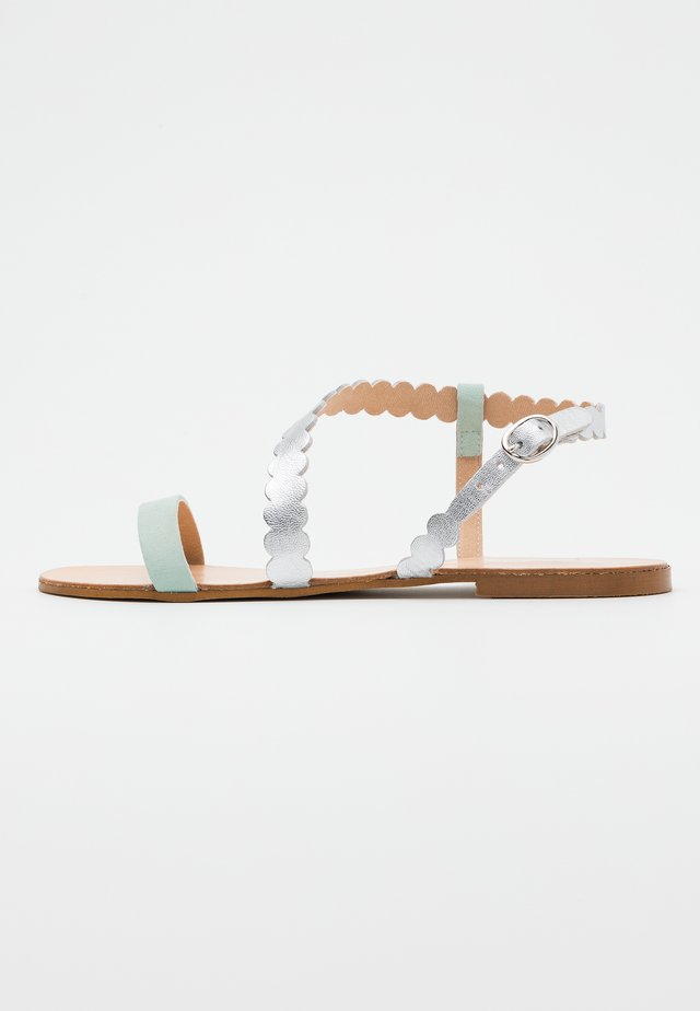 LEATHER FLAT SANDALS - Sandály - silver