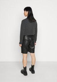 Noisy May Petite - NMWALI PENNY BERMUDA PETITE - Shorts - black - 2