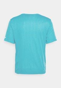 Nike Performance - MILER EMBOSS - T-shirt con stampa - chlorine blue/silver - 7