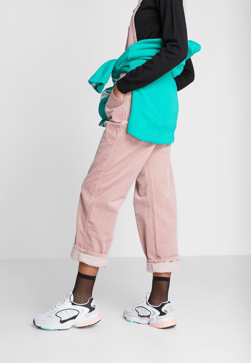 adidas Originals - FALCON 2000  - Sneakersy niskie - grey one/glover pink/core black