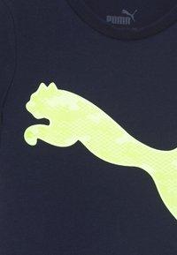 Puma - ACTIVE SPORTS GRAPHIC TEE - Triko spotiskem - peacoat - 2