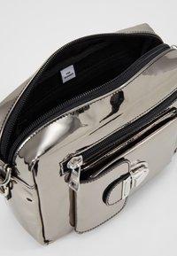 Won Hundred - ATHEN  - Marsupio - silver metallic - 6