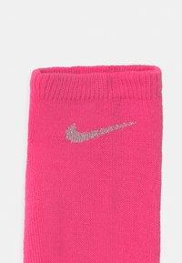 Nike Sportswear - METALLIC LOW 3 PACK UNISEX - Socks - pink pow - 2