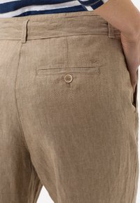 BRAX - STYLE MAINE - Trousers - toffee - 4